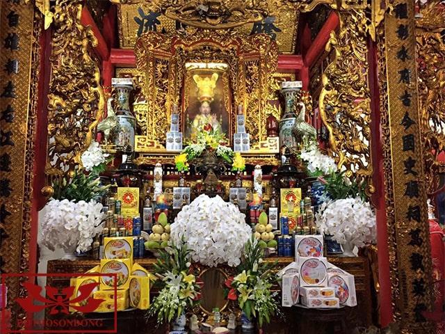 ban thờ quan lớn đệ tam tại đền xích đằng